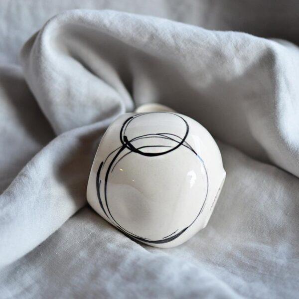 порцеланова чаша ръчна изработка минималистична с графичен кръг от Дизайница.бг
